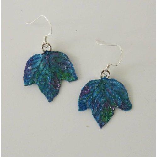 Vikki Lafford Garside Pendientes bordados pequeños de hojas