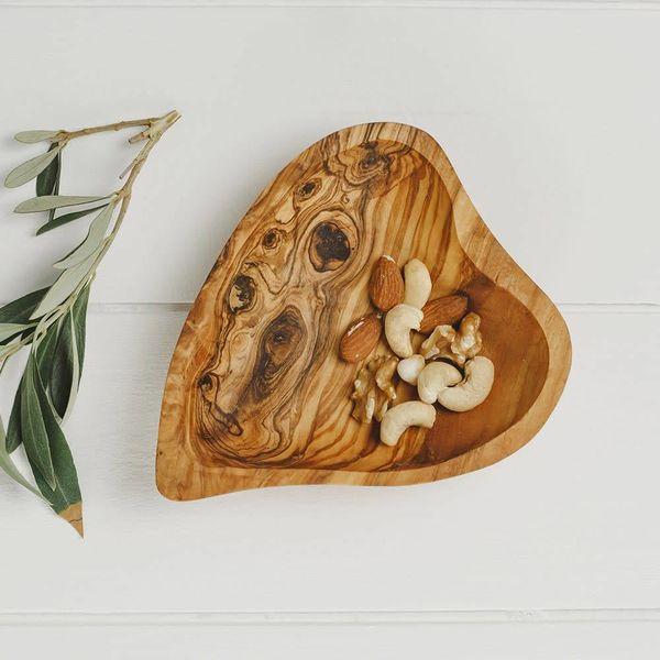 Plato de corazón de madera de olivo