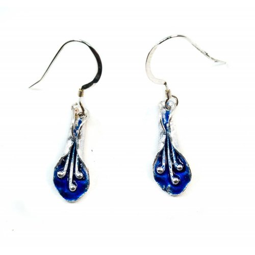 Maria Santos Lily Ohrringe aus dunkelblauem Silber und Emaille-Haken