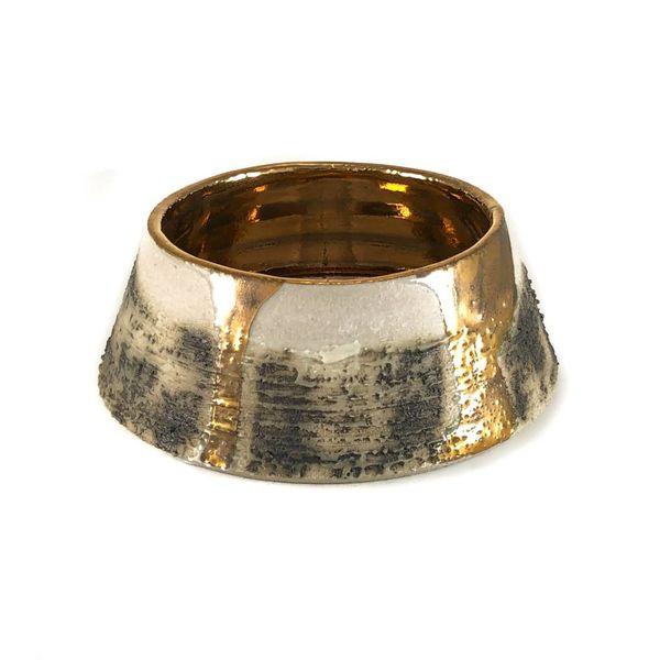 Plato con textura forma lustre de oro