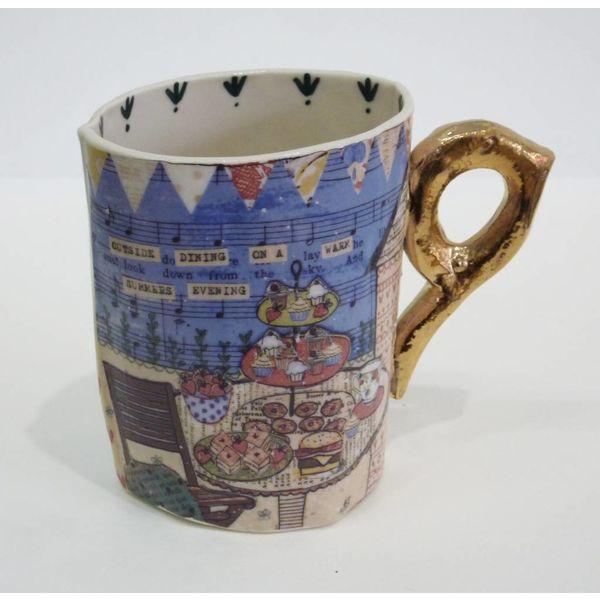Taza de porcelana coloreada de las rayas, de las semillas y del té