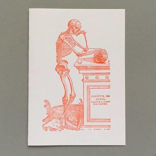 Keyhole Collection Skelett, das eine Scullhand gestaltete Buchdruckkarte erwägt