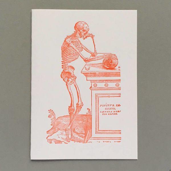 Esqueleto contemplando una tarjeta de tipografía hecha a mano scull