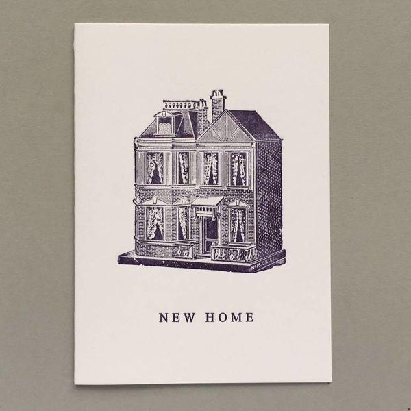 Nuevo hogar, casa de muñecas tarjeta de tipografía hecha a mano
