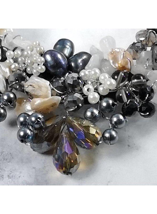 Schwarze und weiße Perlenhalskette 032