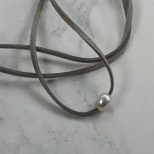 Freshwater Pearl grey suede pendant 030