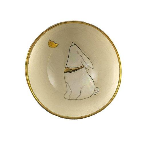 Sophie Smith Ceramics Mond, der Hase mit kleiner Keramikschüssel des Mondes blickt