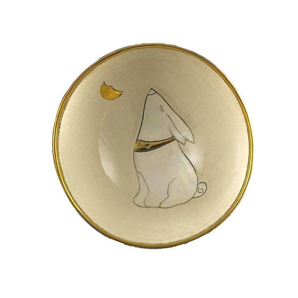 Mond, der Hase mit kleiner Keramikschüssel des Mondes blickt