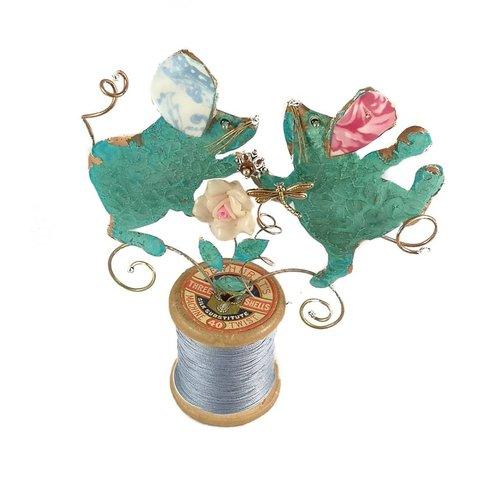 Beastie Assemblage Tanzende Mäuse auf Baumwollspule 023