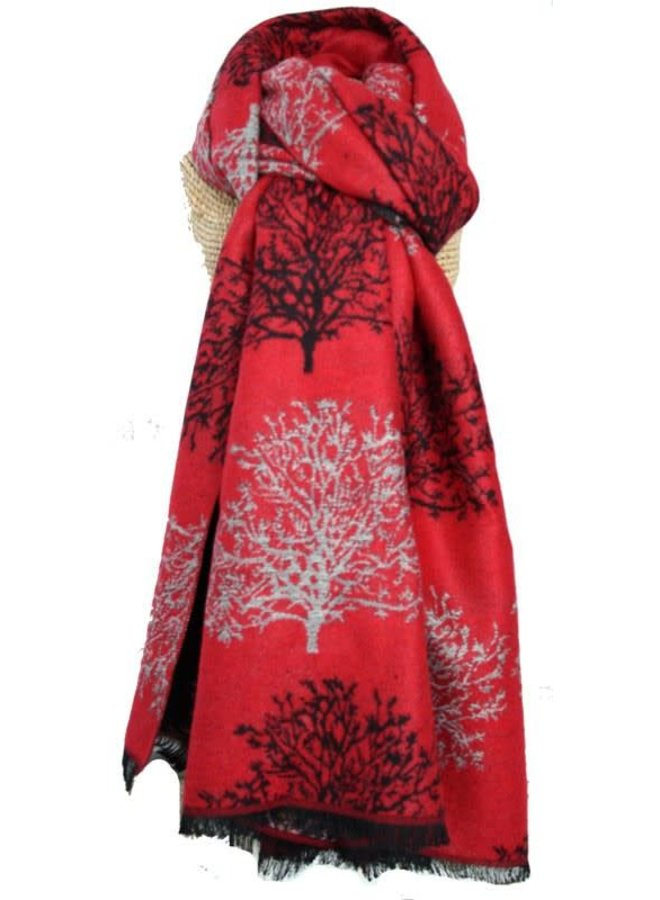 Bäume entwerfen einen schweren, warmen Schal