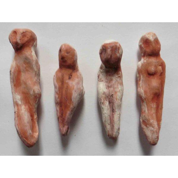 Vier rote Damen Set Steingut