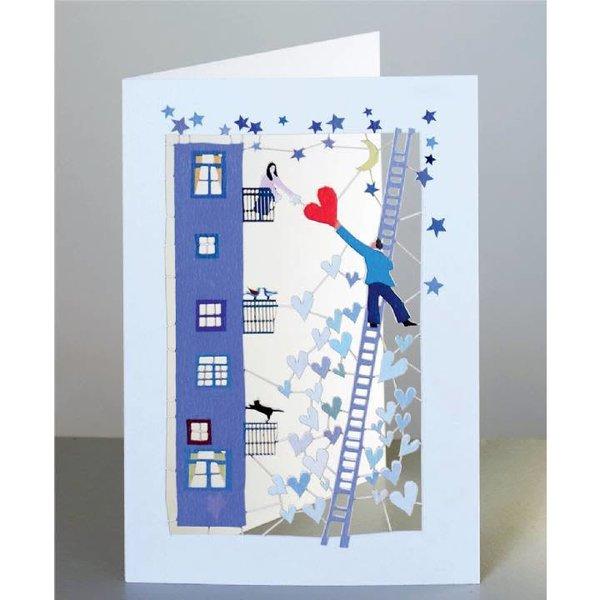 Hombre con el corazón encima de una tarjeta de corte láser de escalera