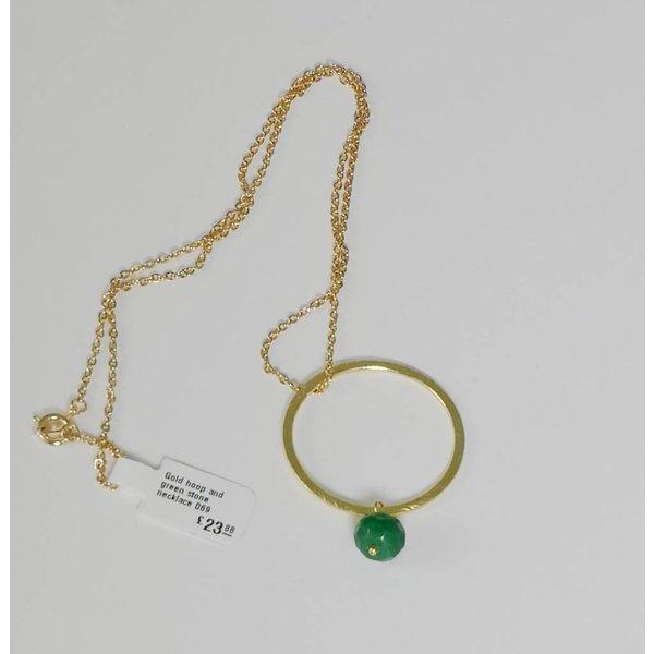 Aro de oro y collar de piedra verde 069.