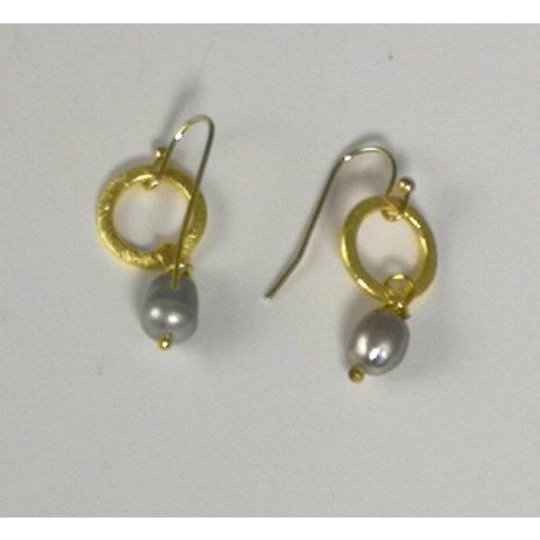 Círculo minúsculo de oro y gota de semilla gris perla pendiente 047