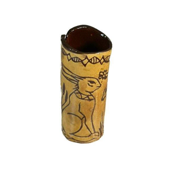 Sitzhasen mit Biene Slipware Vase 007