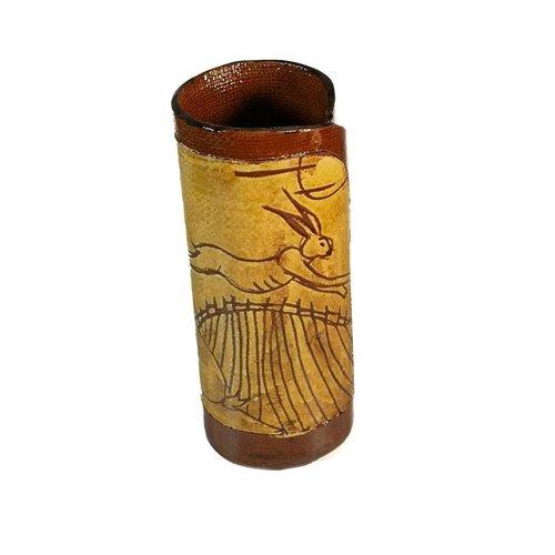 Glandwyryd Ceramics Zwei Hasen mit Erdbeeren Slipware Vase 003