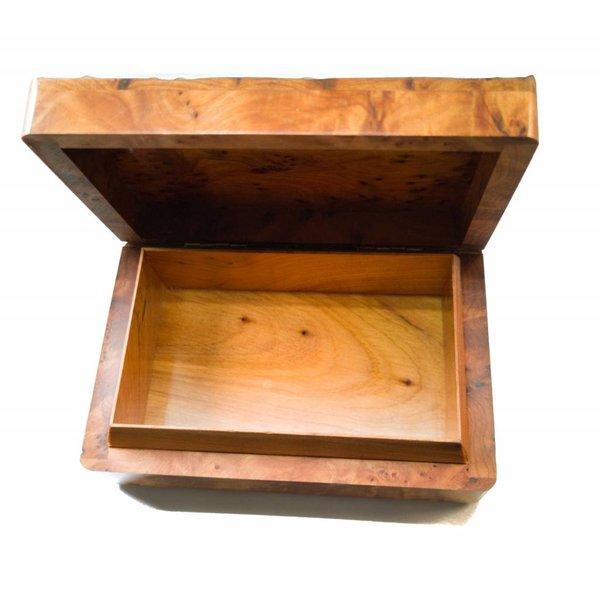 Pequeñas ventanas de estaño y caja de madera con bisagras