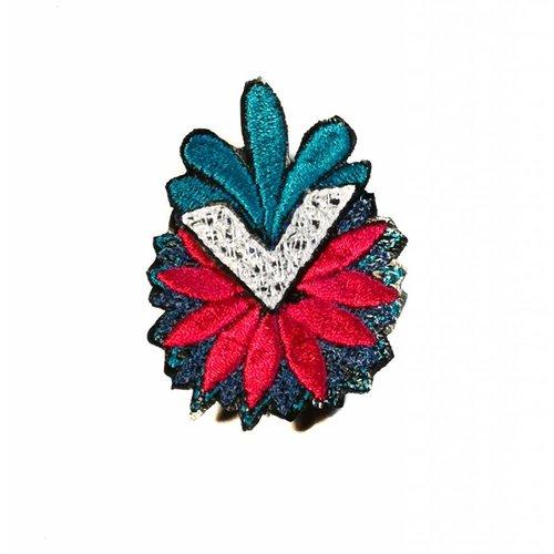Laura Marriott Arrow Flower broche bordado multi en caja 018