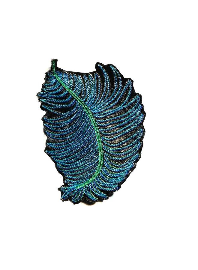 Feder dk. blau bestickte Brosche 002