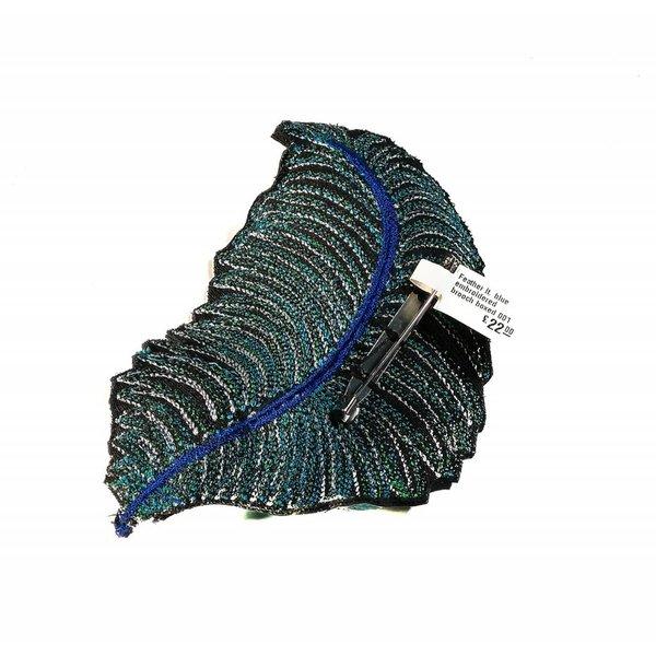 Feder lt. blau bestickte Brosche 001