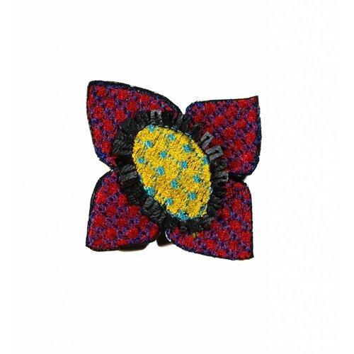 Laura Marriott Ikat Cerise Blume bestickte Brosche Box 009