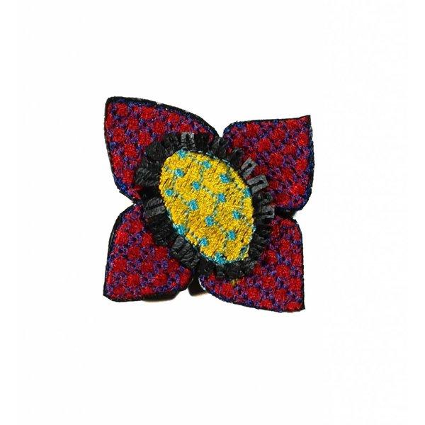 Ikat cerise broche bordado de flores en caja 009