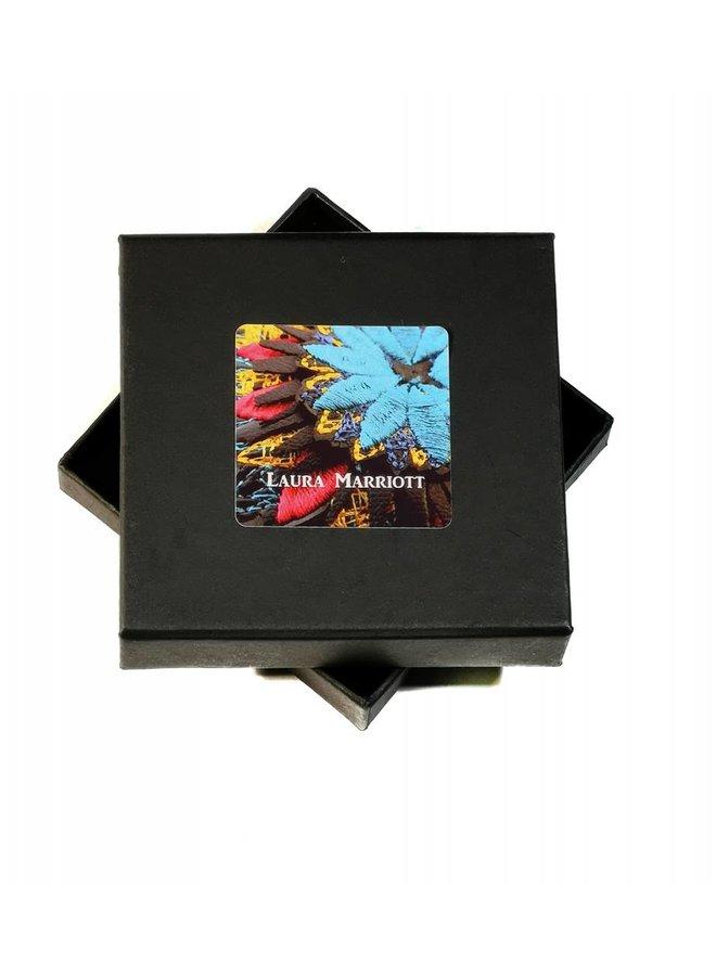 Ikat Cerise Blume bestickte Brosche Box 009