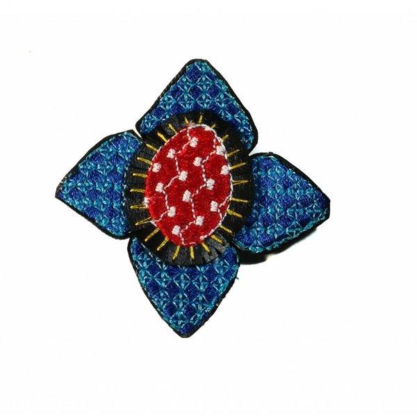 Ikat dk. Broche bordado flor azul en caja 011