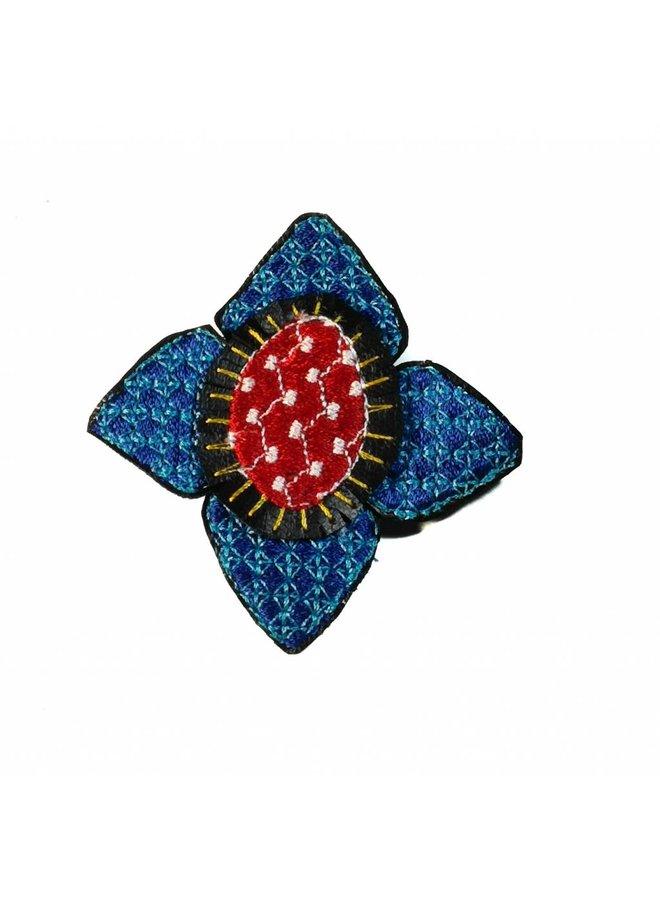 Ikat dk. blaue Blume bestickte Brosche boxte 011