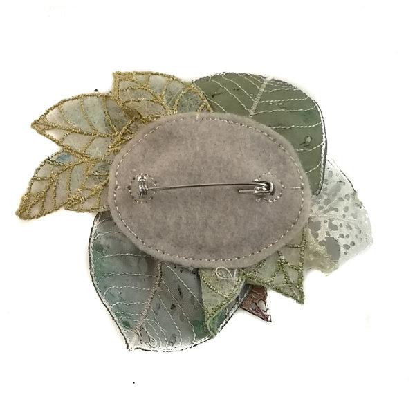 Broche bordado en nomeolvides en caja 052