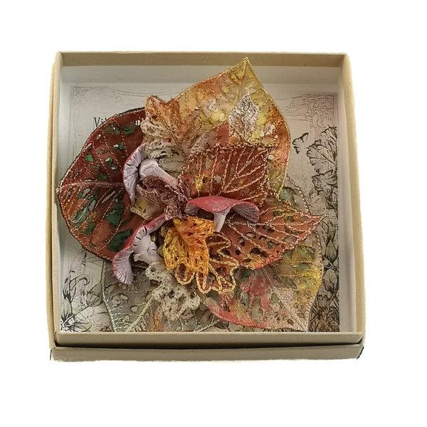 Fliegenpilz und Blatt bestickte Brosche Box 050
