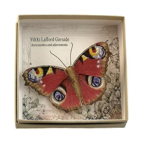 Vikki Lafford Garside Peacock broche bordado mariposa británica en caja 001