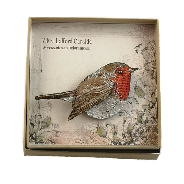 Robin bordado en caja broche 059