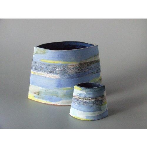 Dianne Cross Kleine abgewinkelte blaue Wash Shoreline Vase 03