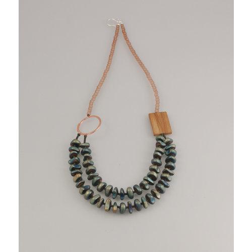 Melissa James Piedra de hematita y fósil, vidrio de mar con anillo de cobre. Collar 79