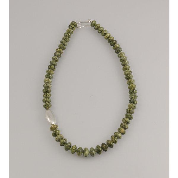 Serpentina rusa con vaina de plata collar 77