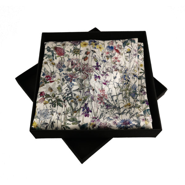 Pañuelo de seda y satén de flores silvestres con cierre magnético en caja