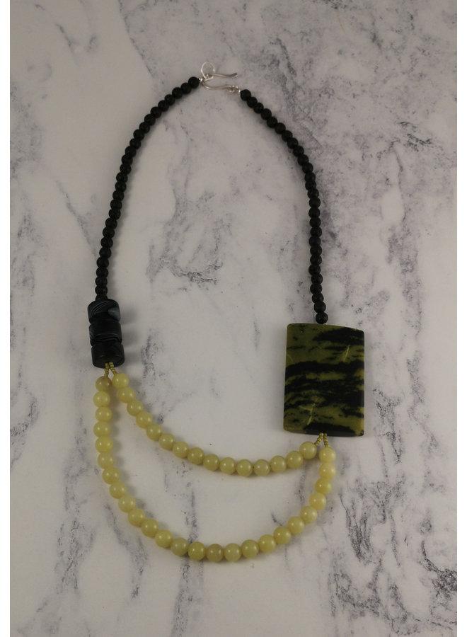 Grüne türkisfarbene Platte mit Jadehalskette 86