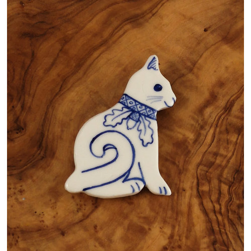 Pretender To The Throne Cat with curly tail and oak leaf collar ceramic brooch  071