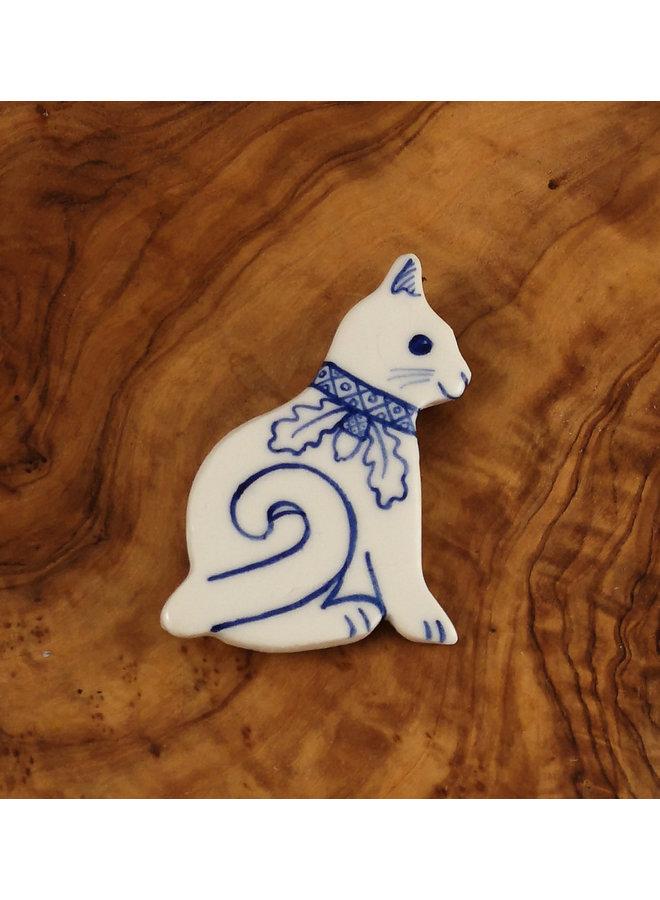 Katze mit geschweiftem Schwanz und Eichenblattkragen Keramikbrosche 071