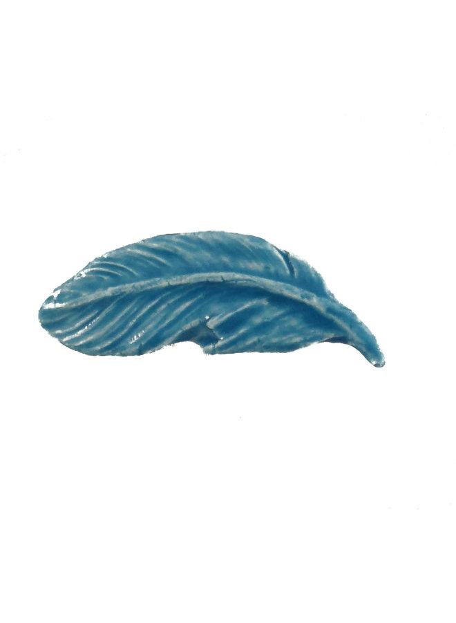Federblau kleine gestempelte Keramikbrosche 097