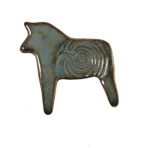 Pretender To The Throne Pferd dk. türkis Gestempelte Keramikbrosche 099
