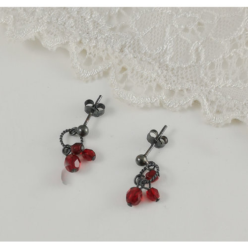 Judith Brown Charm Cluster rote Ohrstecker 13