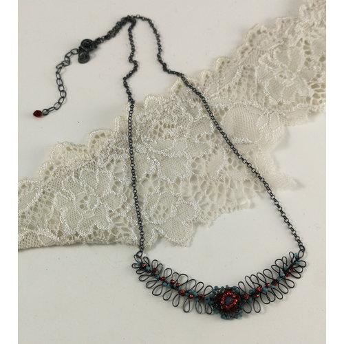 Judith Brown Helecho y flor de aguamarina y collar rojo 02