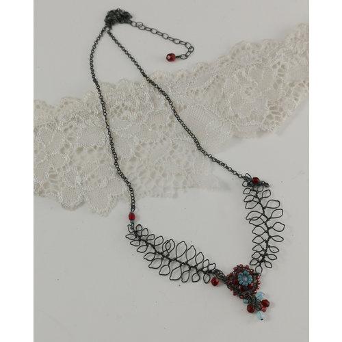 Judith Brown Hoja y flor aqua y collar rojo 03