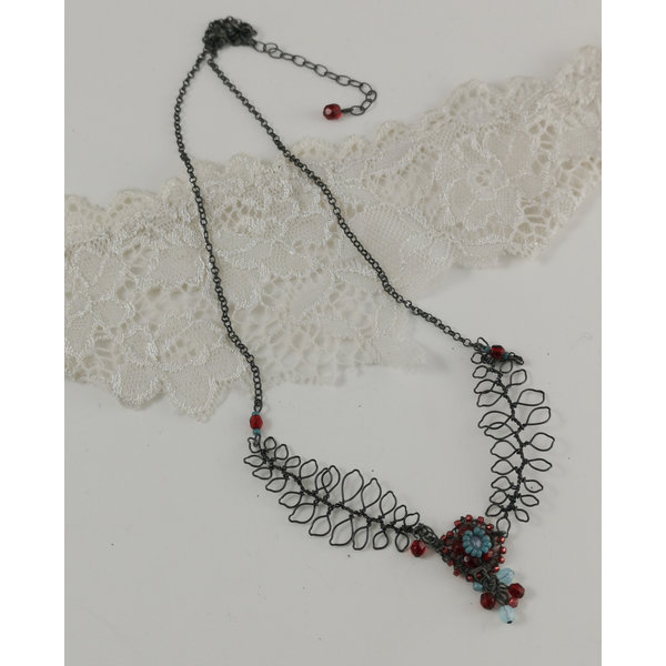 Blatt- und Blumenaqua und rote Halskette 03