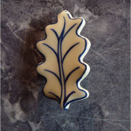 Pretender To The Throne Oak leaf ceramic brooch 010