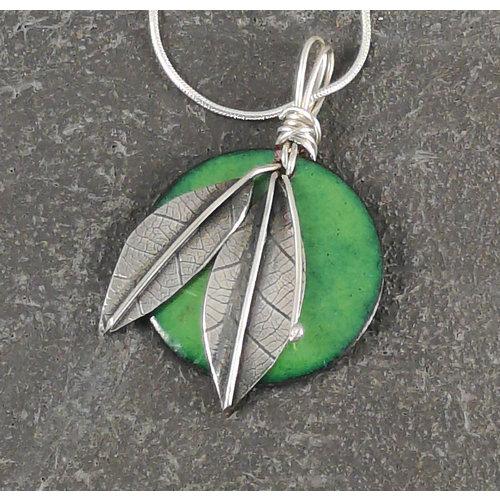 Jane Marshall Colgante redondo en esmalte y hoja de plata verde 02