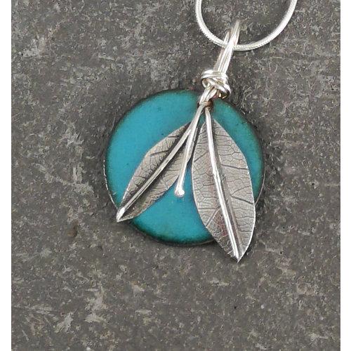 Jane Marshall Esmalte redondo y hoja de plata colgante verde azulado 03