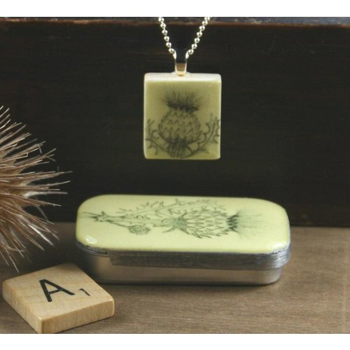 Leigh Shepherd Designs Thistle Scrabble R Azulejo colgante y lata 02